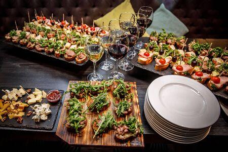 Aperitivos bellamente decorados en la mesa del banquete antes de las vacaciones. Catering para eventos