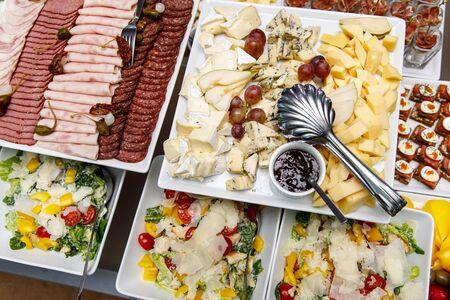 Catering comida. Aperitivos en una mesa de banquete