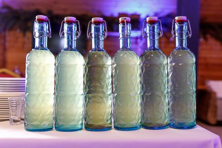 Fila de botellas de alcohol caseras