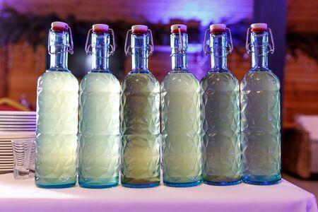 Fila di bottiglie di alcol fatte in casa