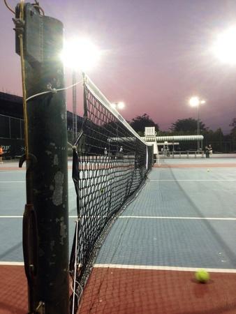 red: Cancha de tenis en el tiempo crepuscular Foto de archivo
