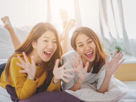 Joven mujer asiática pareja sonriendo felicidad mirando a cámara, estilo de vida pareja femenina encantadora.