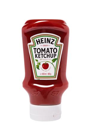 botella de plastico: Leeds, Reino Unido - 5 de julio de 2011: Heinz salsa de tomate ketchup en botella exprimible de pl�stico. Estudio tirado en blanco Editorial