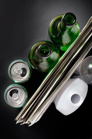 reciclable: Una colección de elementos de basura reciclable sobre fondo negro
