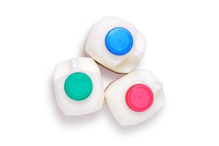 envase de leche: Tres variedades de leche, en botellas de plástico, desnatada, semidesnatada y con toda la grasa, disparó desde arriba aislado en blanco con trazado de recorte