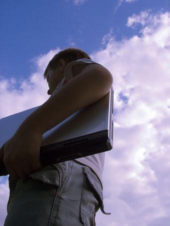 stay nice: El ni�o con una computadora portable en el cielo azul.