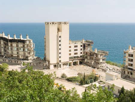 Los edificios destruidos en la costa. Consecuencias del terremoto Foto de archivo - 4706640