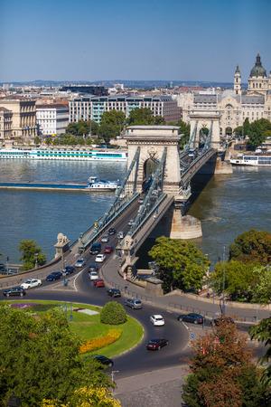 szechenyi: Vista del Puente de las Cadenas Szechenyi en Budapest.