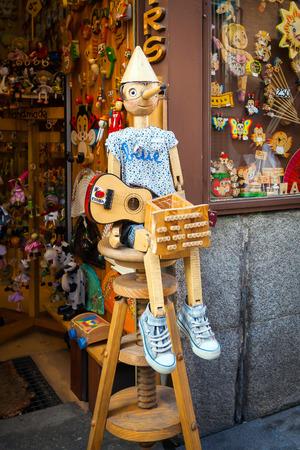 toy shop: Madrid, Spagna - 6 maggio 2012: Vintage legno negozio di giocattoli con Pinocchio dool esposto sul fronte a Madrid, Spagna