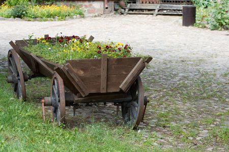 carreta madera: Viejo vag�n de madera llena de flores.  Foto de archivo