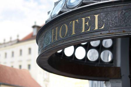 gastfreundschaft: Nahaufnahme des Hotels header incription. Goldene Buchstaben. Stehrevier DOF.  Lizenzfreie Bilder