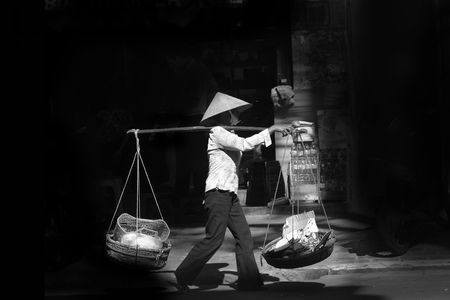 peddle: Black and white image of street vendor in Vietnam Stock Photo