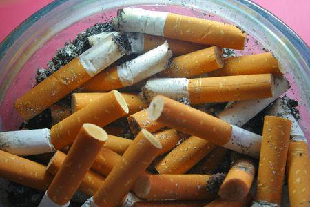Botti di sigaretta in un portacenere di vetro  Archivio Fotografico