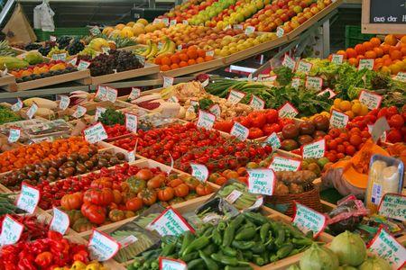 Frutta e ortaggi freschi venduti al mercato del coltivatore.  Archivio Fotografico