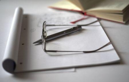 pad pen: Pad la pluma y el diario con gafas, ido para romper un t�