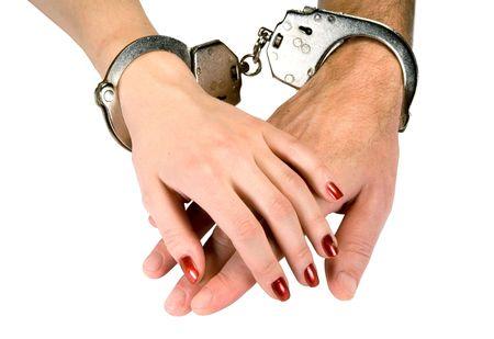 delincuencia: Las manos de los hombres y las mujeres a las esposas, aislados en blanco  Foto de archivo