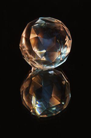 Eine Crystal-Kugel und es ist Reflektion im Spiegel. Lizenzfreie Bilder