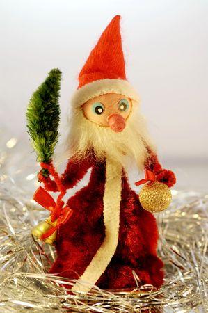 Eine enge Sicht einen Weihnachtsmann unter einige sparkly Dekorationen.