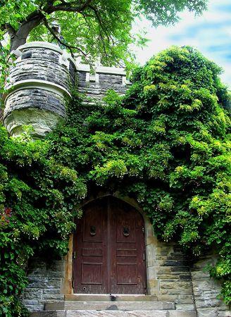 rooftile: L'ingresso nascosto. Casa Loma ingresso nascosti sotto la Norman (Ovest) Torre. Casa Loma uno dei famosi Castelli canadese situato a Toronto - Ontario.