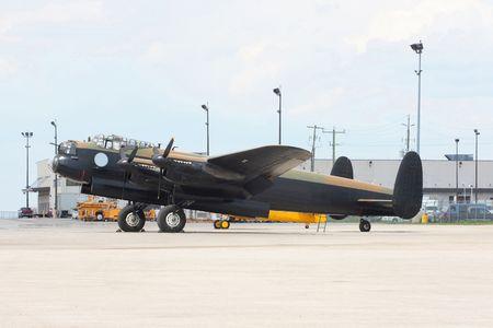 mk: Vista lateral del bombardero Avro Lancaster. Avro Lancaster versi�n canadiense de fabricaci�n de la mayor�a de los brit�nicos famoso bombardero Lancaster MK. En Canad� se fabrican m�s de 400 bombarderos total de m�s de 7300 Lancaster. Foto de archivo