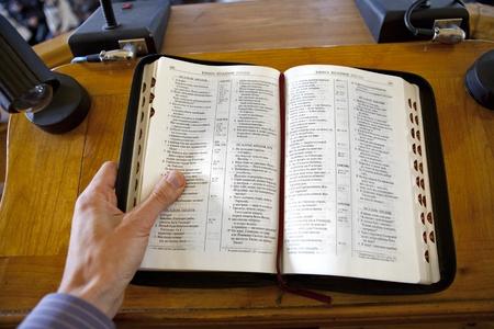 predicador: el predicador leer la Biblia en la iglesia