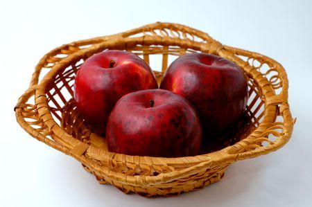 Trois pommes rouges dans le panier Banque d'images - 367686