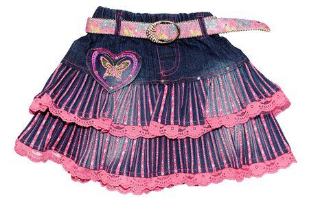 mini falda: Ropa infantil de color azul jeans chica mini falda de color rosa con cintur�n y el patr�n aislado en fondo blanco