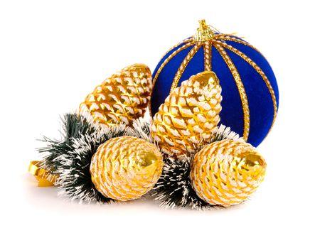 Bola azul y dorado el árbol de Navidad decorado conos aisladas en blanco Foto de archivo - 643915