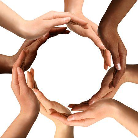 manos juntas: S�mbolo conceptual de manos humanas multirraciales, haciendo un c�rculo sobre fondo blanco con un espacio de copia en el medio