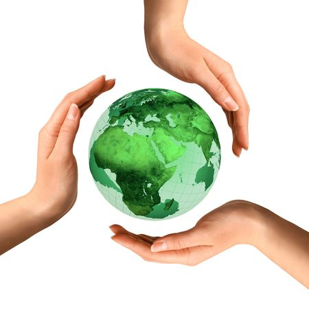 sustentabilidad: S�mbolo de reciclaje conceptual hizo de manos sobre el mundo medio ambiente de la tierra y el concepto de ecolog�a Foto de archivo