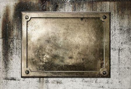 プレート: コンクリートの汚れた背景テクスチャに真鍮の黄色の金属板