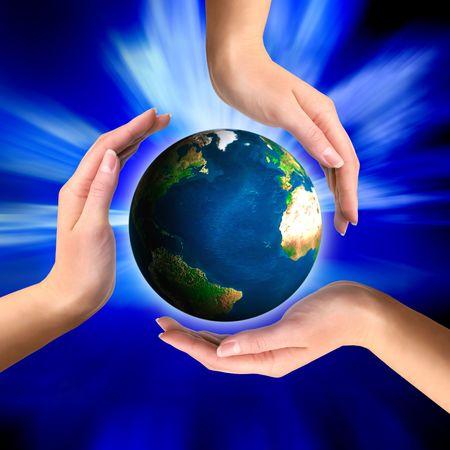 energia espiritual: Mundo de la tierra en manos de s�mbolos de reciclaje conceptual Foto de archivo