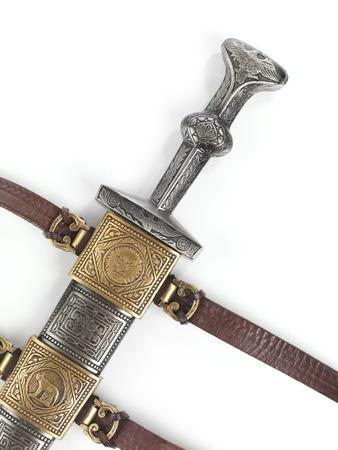 scabbard: Daga espada corta romana antigua en la vaina aislados en fondo blanco