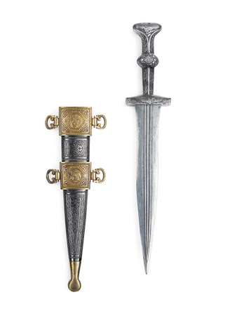 scabbard: Espada corta daga romana de la antig�edad y la vaina aislados en fondo blanco con trazado de recorte