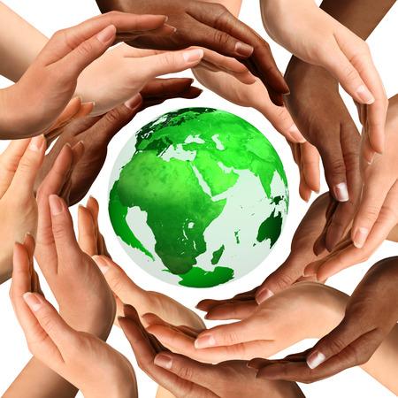 Símbolo conceptual de un globo de la tierra verde con manos humanas multirraciales alrededor de ella. Aislado en el fondo blanco. Unidad y concepto de la paz mundial.