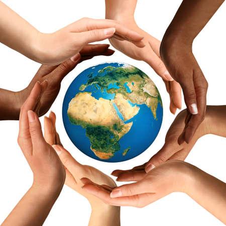 globo terraqueo: S�mbolo conceptual de manos humanas multirraciales que rodean el globo de la tierra. La unidad, la paz mundial, el concepto de humanidad. Aislado en el fondo blanco. Foto de archivo