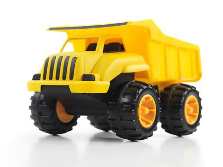 volteo: Camión volquete de juguete amarillo aislado en el fondo blanco Foto de archivo