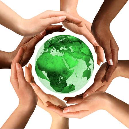 mundo manos: Símbolo conceptual de un globo de la tierra verde con manos humanas multirraciales alrededor de ella. Aislado en el fondo blanco. Unidad y concepto de la paz mundial.
