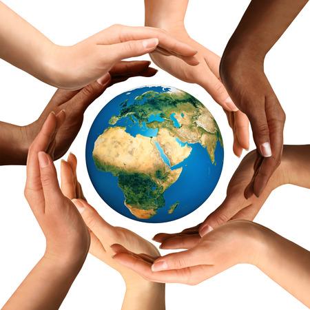 mundo manos: Símbolo conceptual de manos humanas multirraciales que rodean el globo de la tierra. La unidad, la paz mundial, el concepto de humanidad. Aislado en el fondo blanco. Foto de archivo