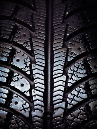 rodamiento: Primer plano de un invierno de rodadura del neumático de nieve Foto de archivo