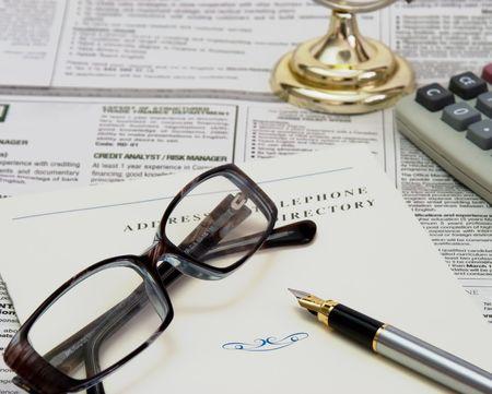 directorio telefonico: gafas, la pluma y el directorio telef�nico en el peri�dico