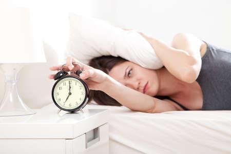 levantandose: Mujer joven destacó por despertar demasiado temprano, profundidad de campo, se centran en primer plano Foto de archivo