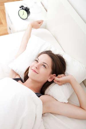 mujer en la cama: Joven y bella, mujer despertarse descansado totalmente. Foto de archivo