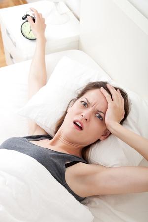 levantandose: Mujer joven que tiene problemas con levantarse temprano en la ma�ana