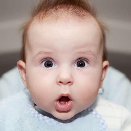 persona confundida: Lindo 4 meses de edad del beb� que hace una cara sorprendida divertida
