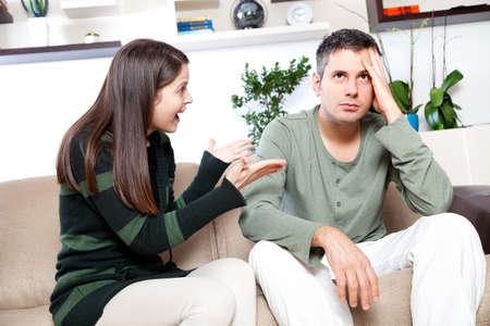 pareja discutiendo: Imagen de la joven pareja que disputa