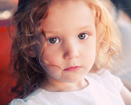 petite fille triste: Close up portrait d'adorable fille de 3 ans Banque d'images