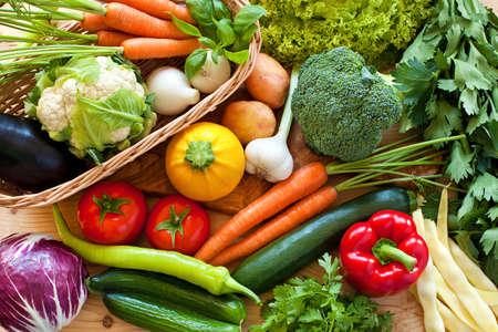 ensalada de verduras: Cerca de varios vegetales crudos colores Foto de archivo