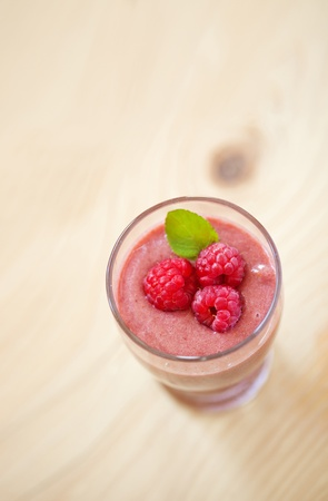 field mint: A glass of raspberry smoothie with fresh raspberries and mint leaves, shallow depth of field Stock Photo