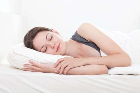 durmiendo: Joven y bella mujer durmiendo, en el fondo blanco